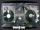 La charmante DJ Shortee vous done une petite le�on de Scratch.