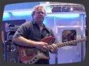 Stu Hamm en démo Live sur un ampli Hartke.