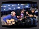 Phil Collen (Def Leppard), le gouverneur de l'Arkansas Mike Huckabee et Dick Boak de Martin Guitars jouent sur la scène du Namm.